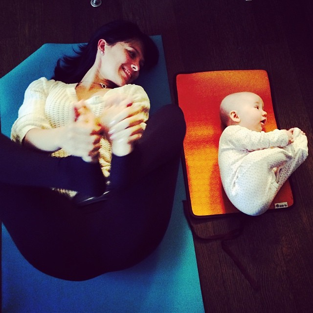 mom-and-daughter-yoga-hilaria-baldwin-2