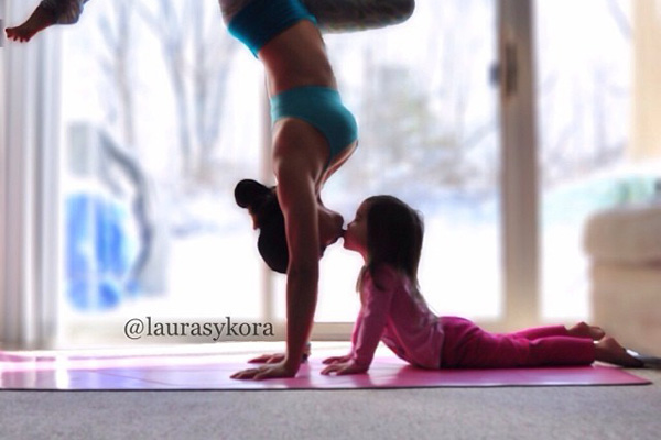 mom-and-daughter-yoga-laura-kasperzak-17