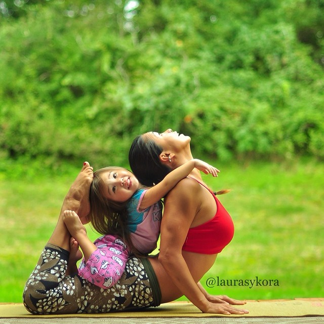 mom-and-daughter-yoga-laura-kasperzak-3