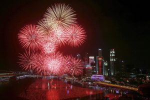 Fireworks explode in Marina Bay against the skyline of Singapore during New Year's Day celebrations January 1, 2016.  REUTERS/Edgar Su